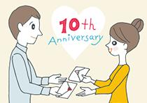 手紙を贈り合う結婚10周年の夫婦