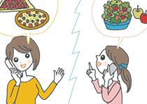 電話で手土産のリクエストを聞くゲスト。電話の向こうで「ピザをメインにする」と話しているホストに対して、ゲストは「じゃあサラダを多めに持っていくね」と提案している。