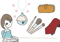プレゼントを選ぼうとカタログを見ながら、アロマ加湿器や財布、フォーマルなネクタイを思い浮かべている女性
